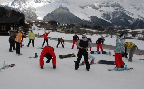 """A sízés előtt nagyon fontos, hogy bemelegítsünk. Nem szabad elfelejteni, hogyha """"hideg"""" izomzattal, izületekkel kezdjük a mozgást, akkor nő a balesetveszély."""